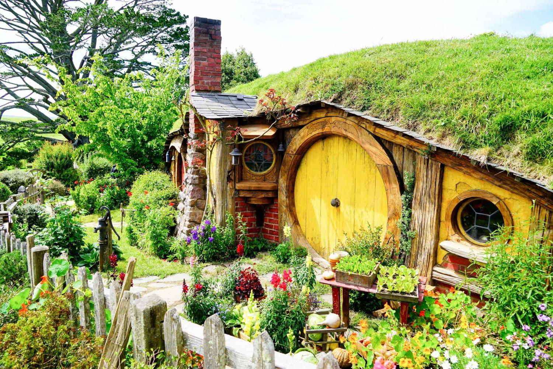 Hobbiton, Rotorua & Waitomo Caves Day Tour from Auckland