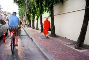 Bangkok: 4-Hour Night Bike Tour with Wat Arun & Wat Pho