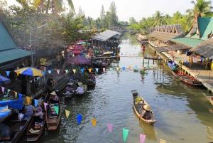 Private Tour to Thaka Floating Market