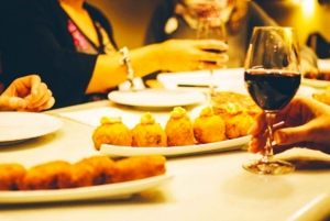 Barcelona: Evening Walking Tour in the Gaudi Area with Tapas