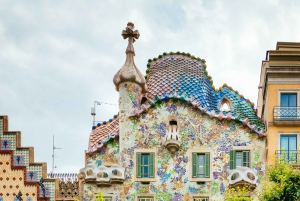 Barcelona: Private Gaudí Bike Tour with a Local