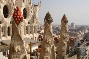 Barcelona: Sagrada Familia and Gothic Quarter Walking Tour