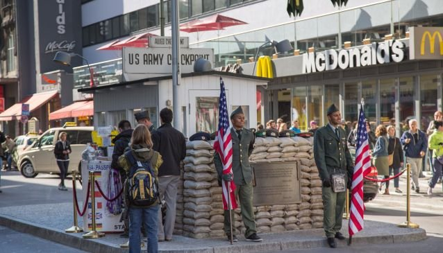 checkpoint charlie in berlin my guide berlin. Black Bedroom Furniture Sets. Home Design Ideas
