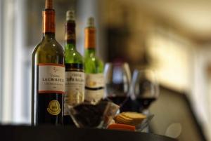 Saint-Emilion: Wine & Food Tasting at the Chateau's Terrace