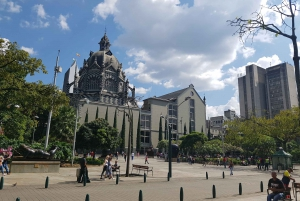 Medellín: Comuna 13, Cable Cars and Botero Statues Tour