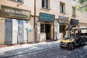 Krakow: Private 3-District Electric Car Tour
