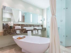 JW Marriott Hotel Kind Size Suite Bathroom