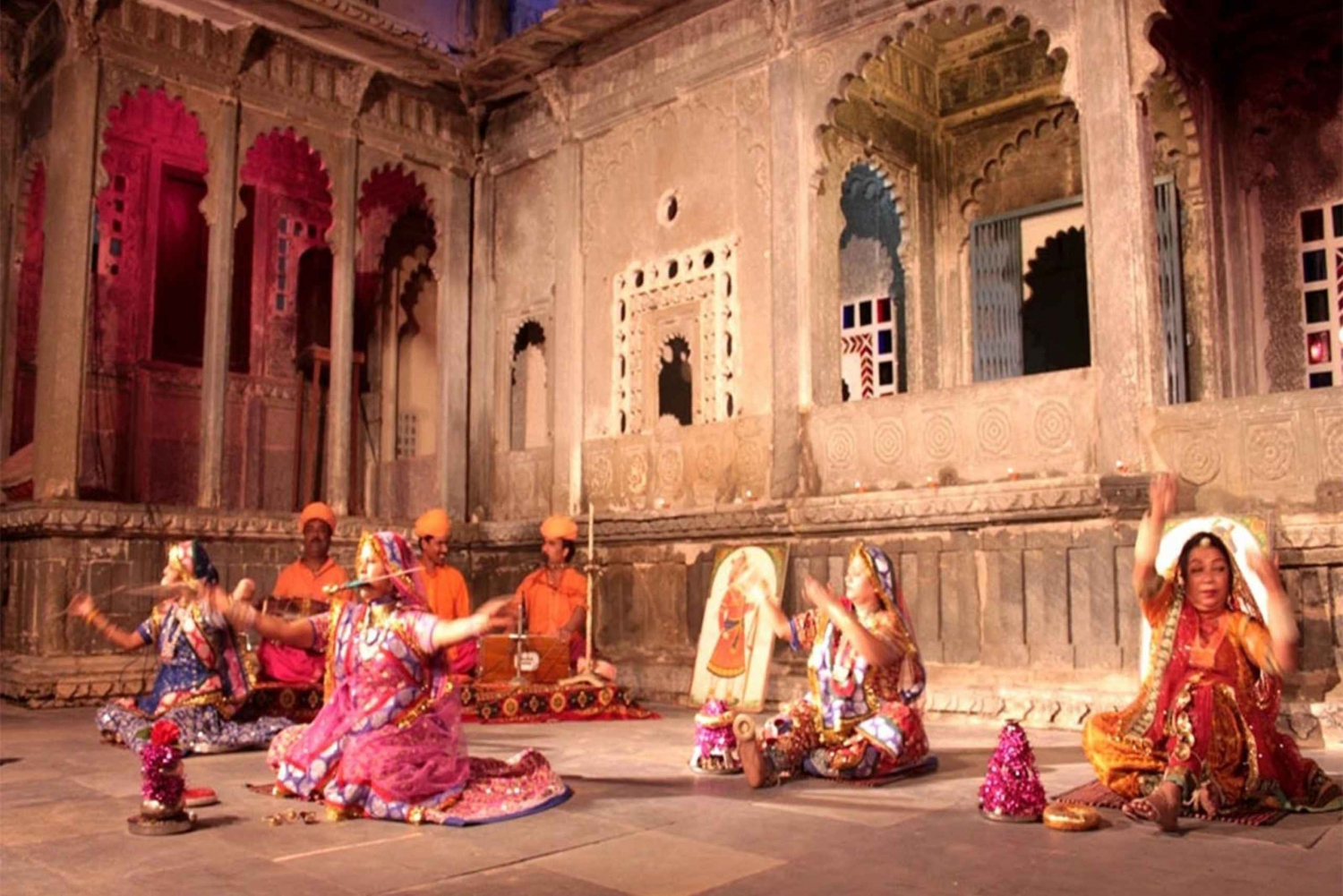 Udaipur: Evening Boat Ride with Puppet Show and Dinner
