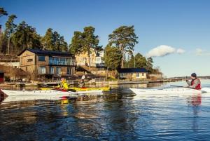 Stockholm: Winter Archipelago Kayaking Experience