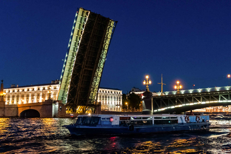 St. Petersburg Romantic Night Tour: Drawbridges & Live Music