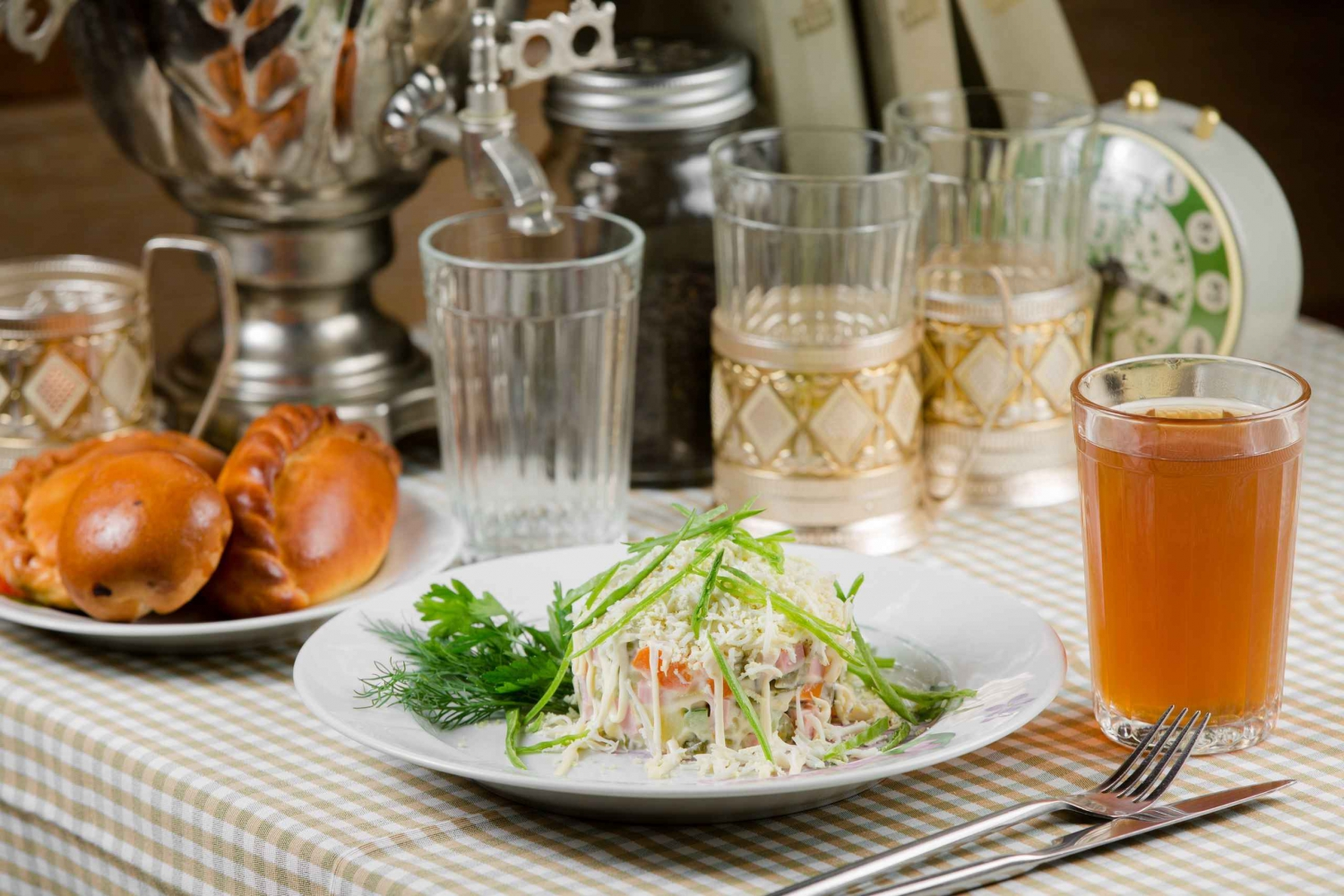 St. Petersburg: Russian 3-Course Dinner Cuisine Excursion
