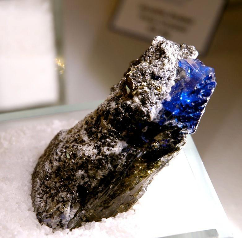 crystal tanzania merelani mines working in the hand blueseam tanzanite of mining htm