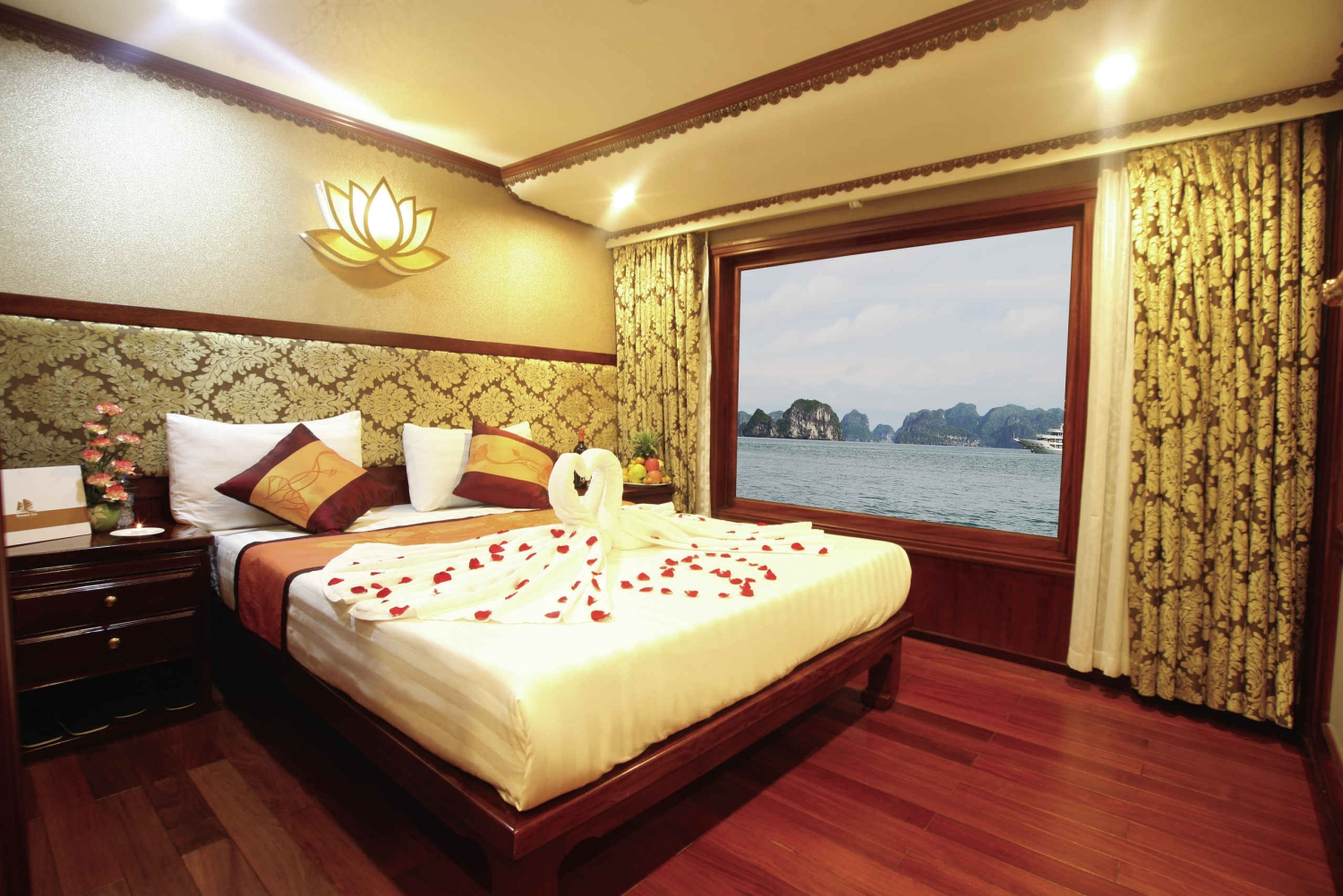From Hanoi: 2-Day Bai Tu Long Bay Cruise with Kayaking