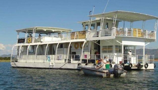 Vunduful Houseboat